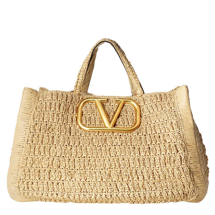 빅 사이즈의 메탈 로고 장식을 가미한 라피아 백은 가격 미정, Valentino Garavani.