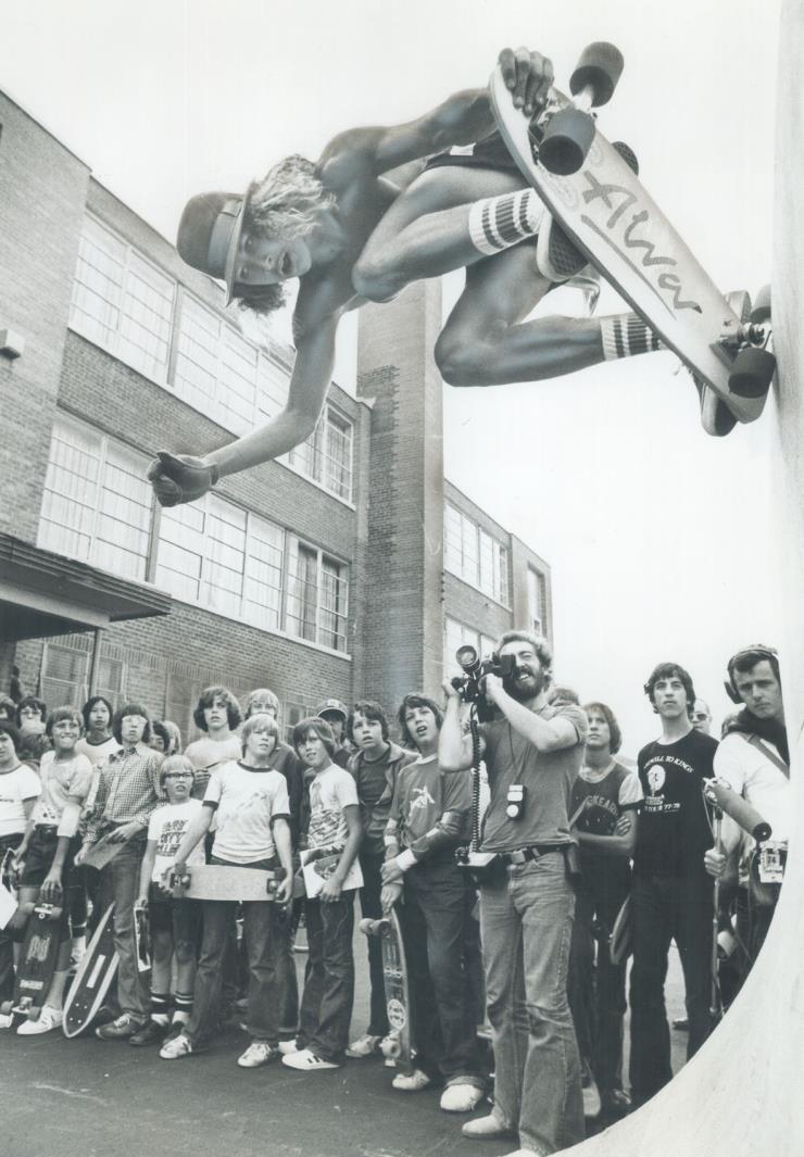 1977년 5월, 스무 살의 토니 알바가 스케이트보드를 타고 있다. @게티 이미지