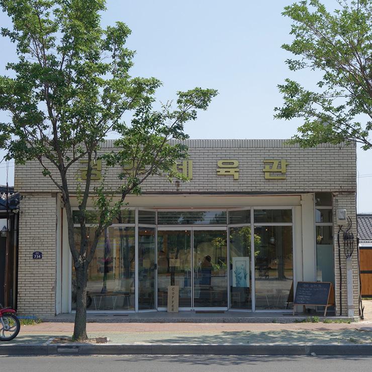 책방 지나가다는 경주 로스터리 카페 향미사에 '숍 인 숍' 형태로 자리하고 있다.