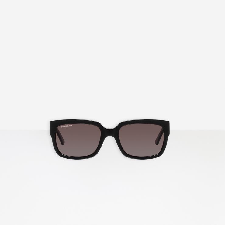 어디에나 잘 어울릴 미니멀한 디자인의 선글라스는 42만5천원, Balenciaga.