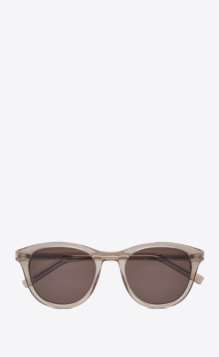 반투명 프레임이 쿨해 보이는 선글라스는 43만원, Saint Laurent by Anthony Vaccarello.