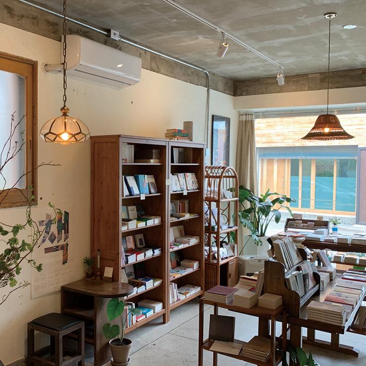 지난여름 강릉 교동에 문을 연 한낮의바다는 여행길에 만나는 선물 같은 책방. 한구석에 핸드드립 커피를 마실 수 있는 카페 공간도 마련돼 있다.