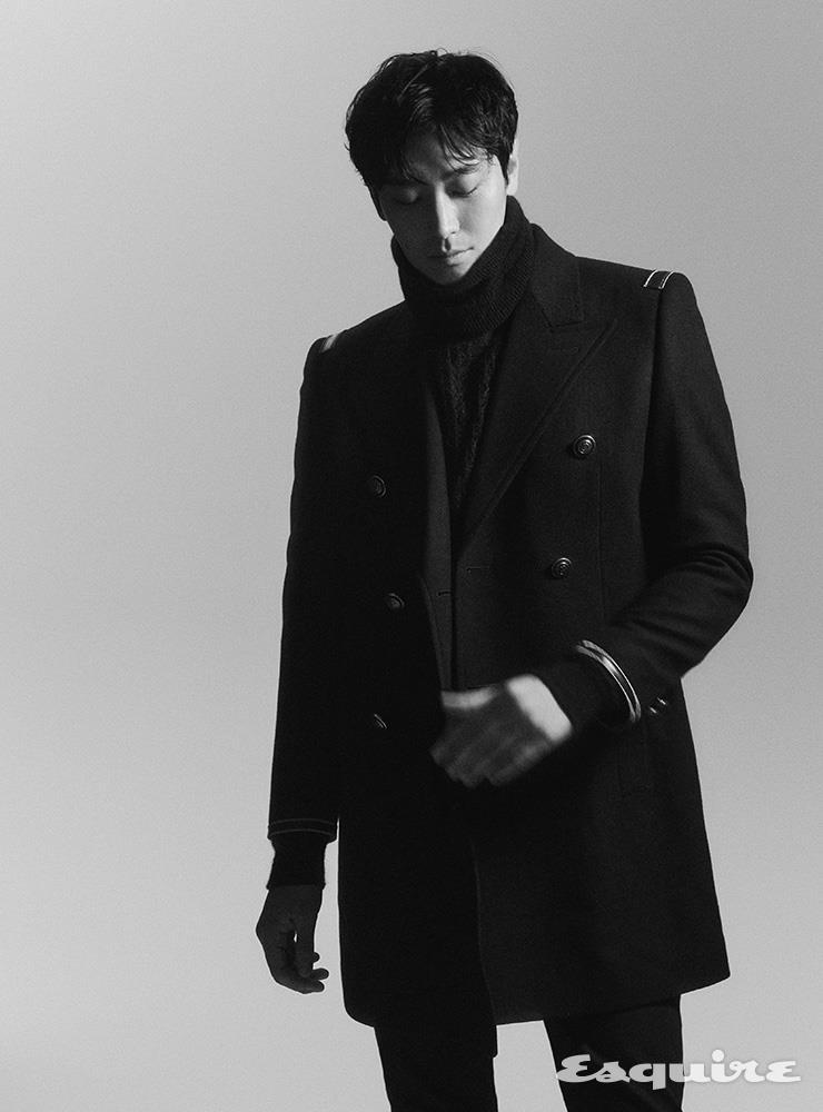 크로스 식스 버튼 오피서 코트, 모헤어 터틀넥 스웨터, 블랙 스키니 데님 팬츠 모두 생 로랑 by 안토니 바카렐로.