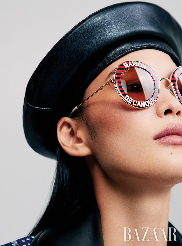 선글라스는 73만5천원 Gucci. 모자는 6만2천원 Awesome Needs. 재킷은 2백37만원대 Maison Margiela by My BOON. 스카프는 Hermes.