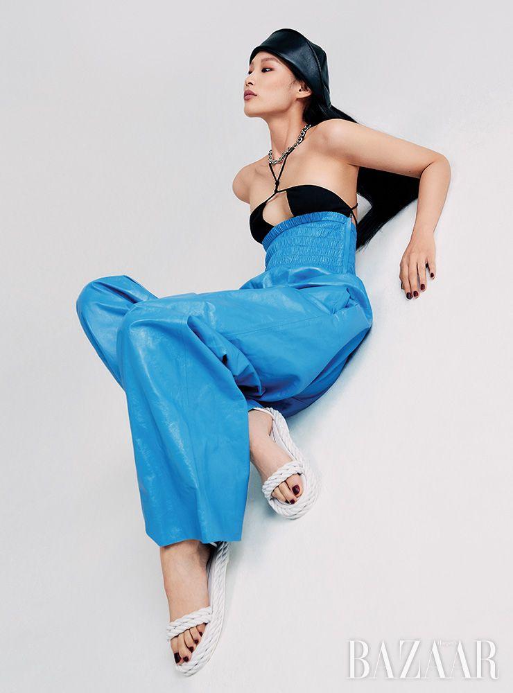 보디수트는 1백79만원, 팬츠는 6백95만원 모두 Bottega Veneta. 모자는 14만원 YCH. 체인 목걸이는 31만8천원 Portrait Report. 샌들은 Valentino Garavani.