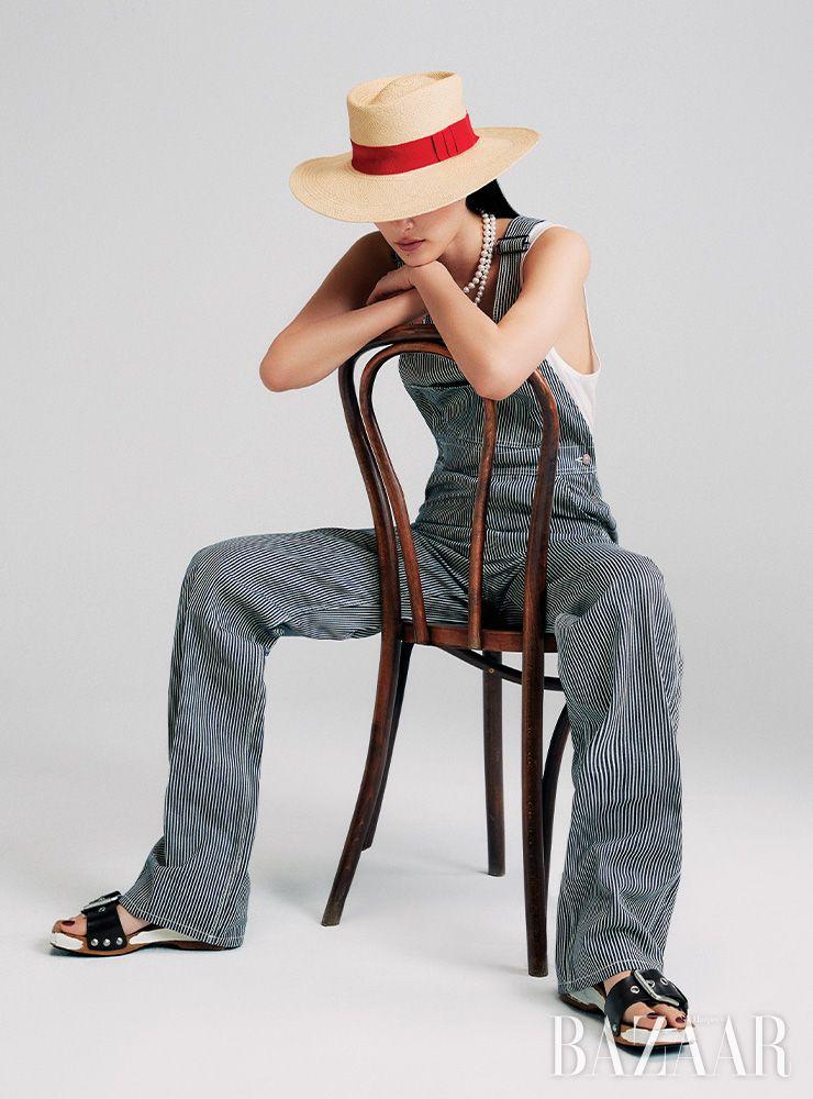 오버올, 슬리브리스 톱, 모자는 모두 Celine by Hedi Slimane. 진주 목걸이는 11만9천원 Fruta. 슬라이드는 Marni.