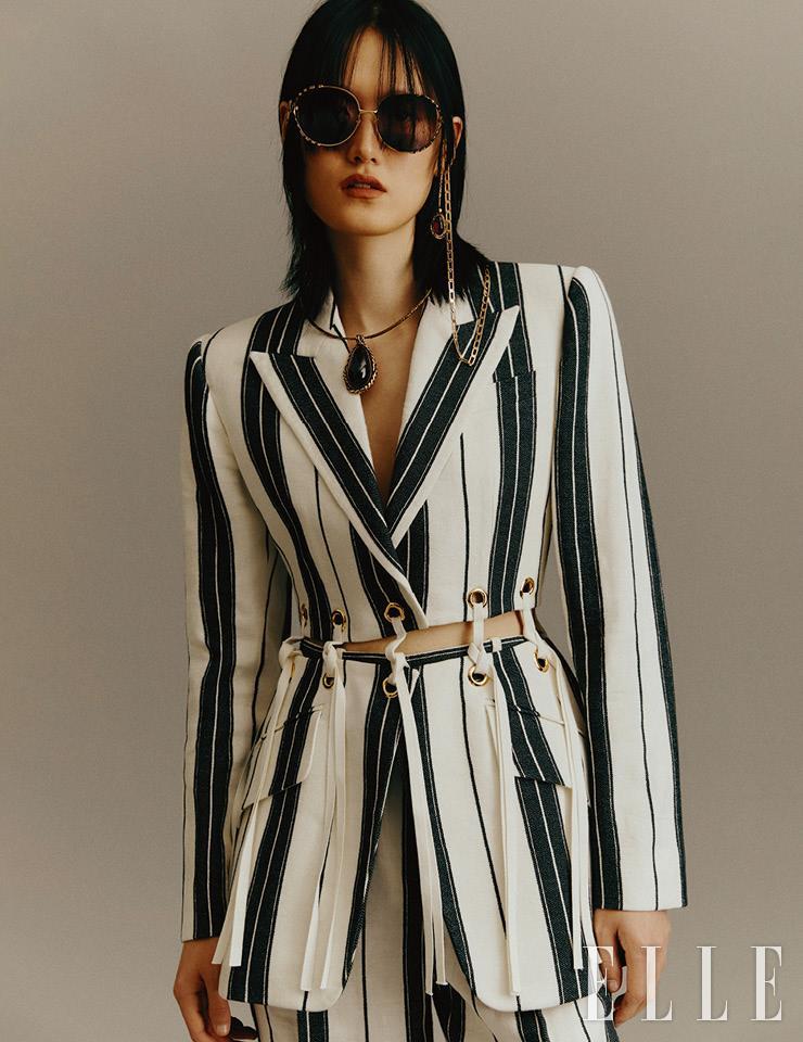 70년대 무드의 선글라스는 58만원, Gucci. 로고 장식의 선글라스 체인은 77만원, Fendi. 비대칭 이어링은 93만5천원, 가넷 스톤 펜던트의 초커는 85만원, 스트라이프 패턴의 재킷은 4백29만원, 팬츠는 1백56만원, 모두 Alexander McQueen.