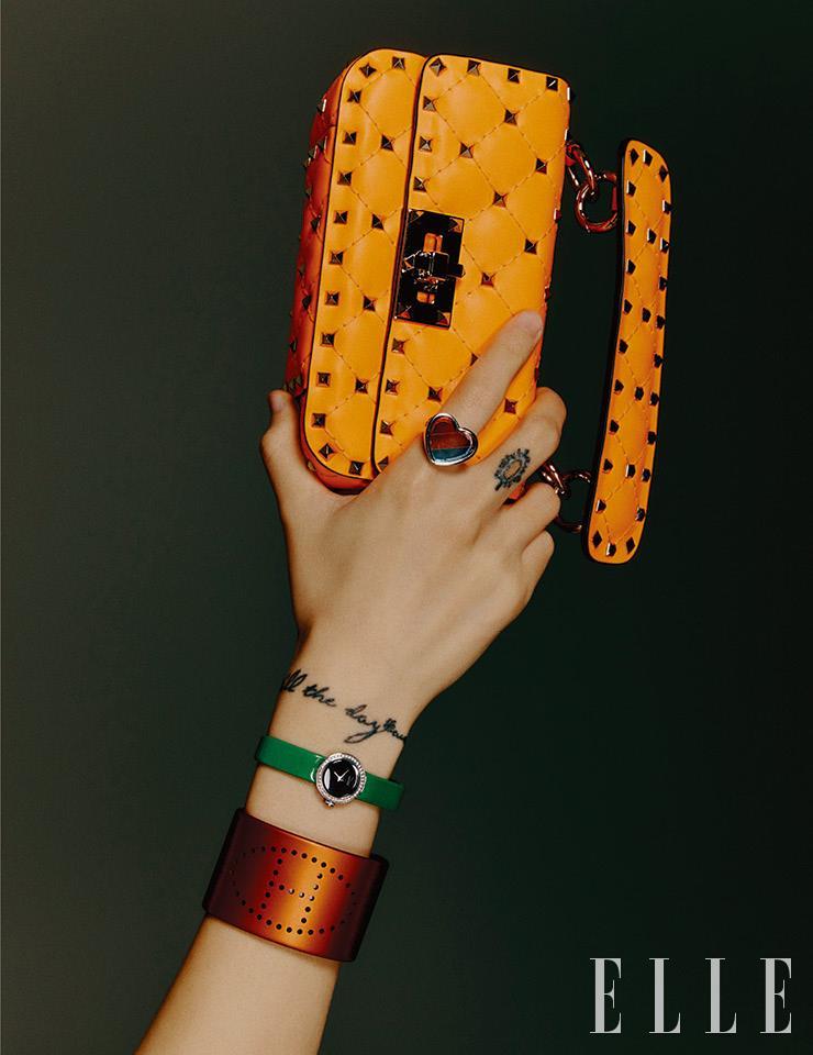 스터드 장식의 네온 미니 백은 2백26만원, Valentio Garavani. 하트 링은 가격 미정, Coach 1941. 그린 스트랩 워치는 6백11만7천원, Dior Timepiece. 펀칭 뱅글은 가격 미정, Hermès.
