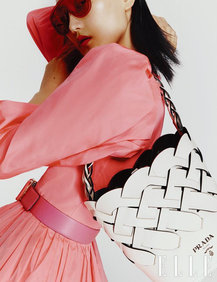 고글 형태의 틴티드 선글라스는 20만원대, Emporio Armani by Luxottica. 짜임 디테일이 유니크한 화이트 버킷 백은 가격 미정, Prada. 미니 드레스는 3백15만원, Valentino. 와이드 벨트는 56만원, Valentino Garavani.