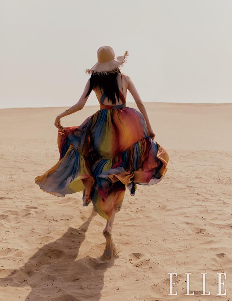 무지갯빛으로 물들인 드레스와 슬라이드는 가격 미정, 모두 Dior. 라피아 햇은 40만원대, Loro Piana. 골드 장식 브레이슬렛은 가격 미정, Doigté. 에나멜 뱅글은 가격 미정, Hermès.