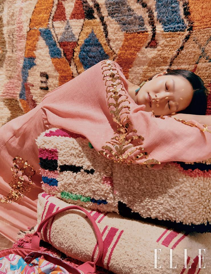 스팽글 디테일의 드레스와 앵무새 이어링은 가격 미정, 모두 Prada. 화려한 프린트의 라탄 백은 1백55만원, Emilio Pucci by Hanstyle.com. 에스닉 무드의 모로코 러그는 95만원, 컬러 블로킹 양모 푸프는 27만7천원, 핑크 스트라이프 푸프는 16만2천원, 핑크 컬러의 양모 푸프는 32만5천원, 모두 Du Morocco.