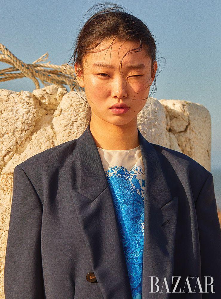 프린트 드레스, 오버사이즈 블레이저는 모두 Valentino.