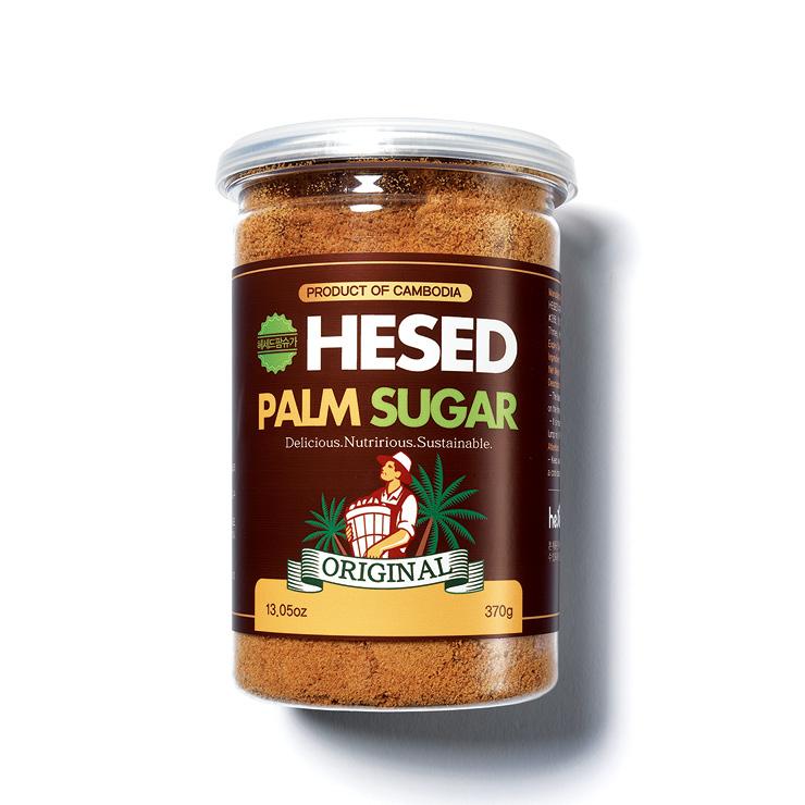 헤세드 팜슈거. 캄보디아 현지에서 15년 이상 자란 팔미라야자나무의 꽃을 사람이 직접 손으로 채취해 전용 스토브로 수분을 제거한 제품. 비타민과 무기질이 다량 함유돼 있다.