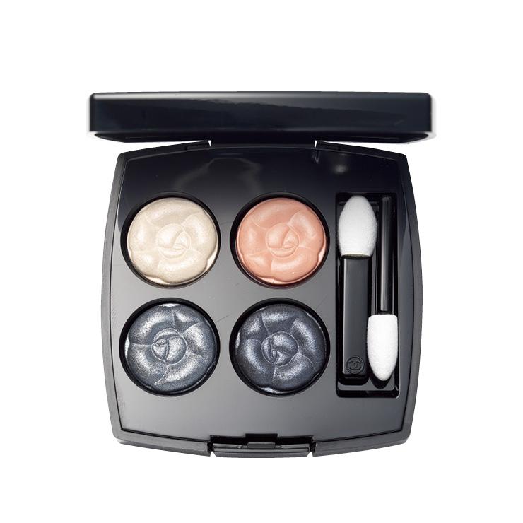 은은하게 반짝이는 피치, 스모키 컬러의 섀도 팔레트. 레 꺄트르 옹브르 358 오 필 드 로, 8만4천원, Chanel.