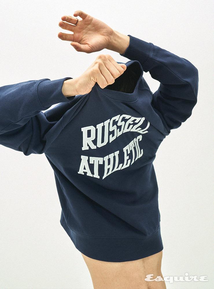 네이비 스웨트셔츠 3만9000원 러셀 애슬레틱.
