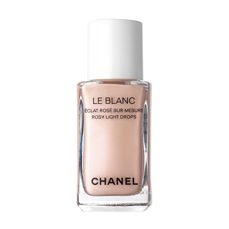 파운데이션을 바르기 전후로 사용하면 생기를 주거나, 하이라이터 효과를 낼 수 있다. 르 블랑 로지 라이트 드롭, 30ml, 7만2천원, Chanel.