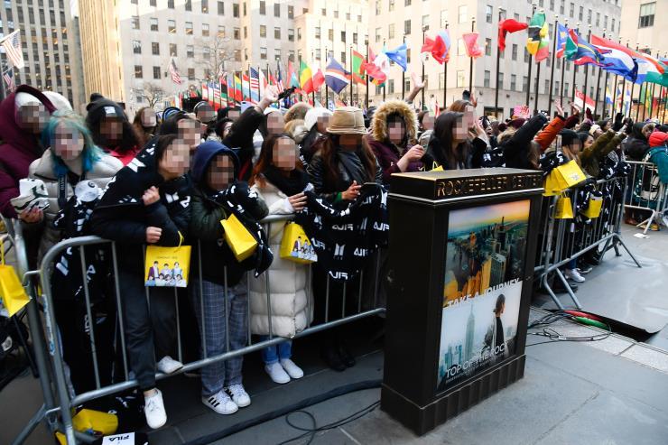 20년 2월 21일, 뉴욕에서 열린 방탄소년단의 컴백 공연을 기다리는 수많은 팬들.