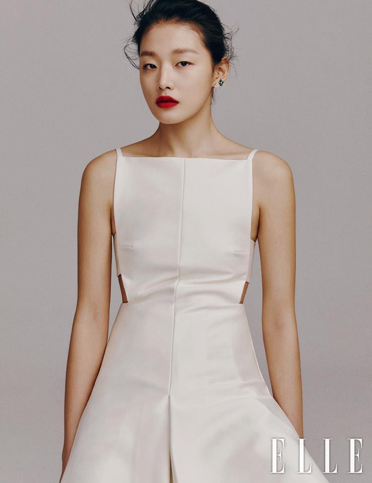 모던한 커팅 라인의 미니 드레스는 Solace London by Yoox. 수국 모티프의 이어링은 모두 Chaumet.