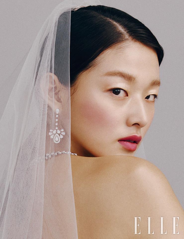 쇼트 베일은 Robe de K. 다이아몬드 네크리스와 드롭형 이어링은 모두 Chaumet.