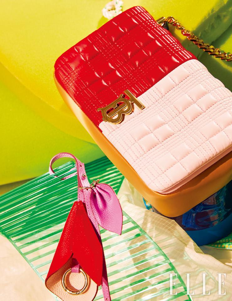 레드와 핑크 컬러를 배색한 퀼팅 디테일의 숄더백은 가격 미정, Burberry. 방울꽃 모티프의 백 참은 7만5천원, Vunque.