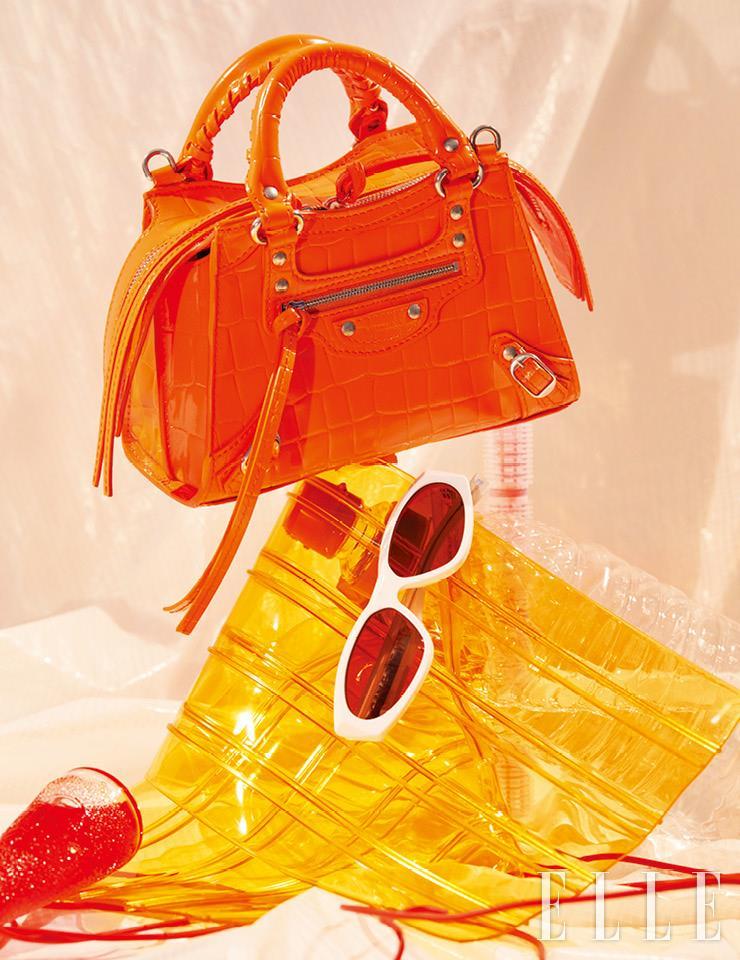 오렌지 컬러가 시선을 끄는 미니 사이즈 토트백은 가격 미정, Balenciaga. 화이트 선글라스는 가격 미정, Givenchy.