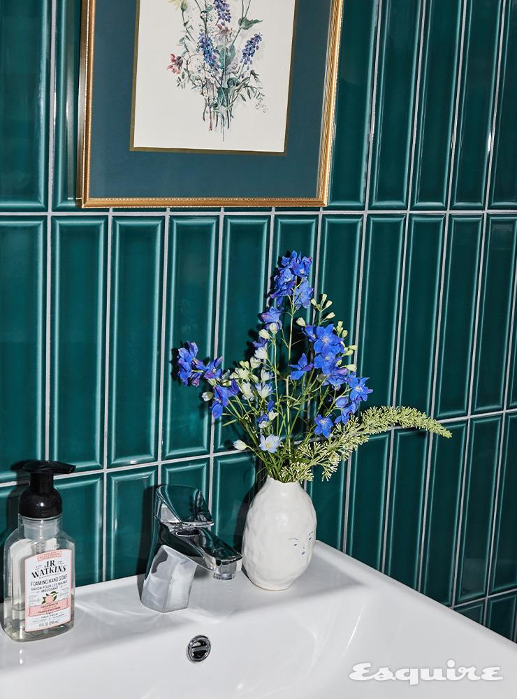 푸른색 꽃 델피늄 6000원, 기다랗고 통통하며 흰색과 초록색이 섞인 꽃 여름 라일락 5000원, 작은 나뭇잎 유칼립투스 5000원.