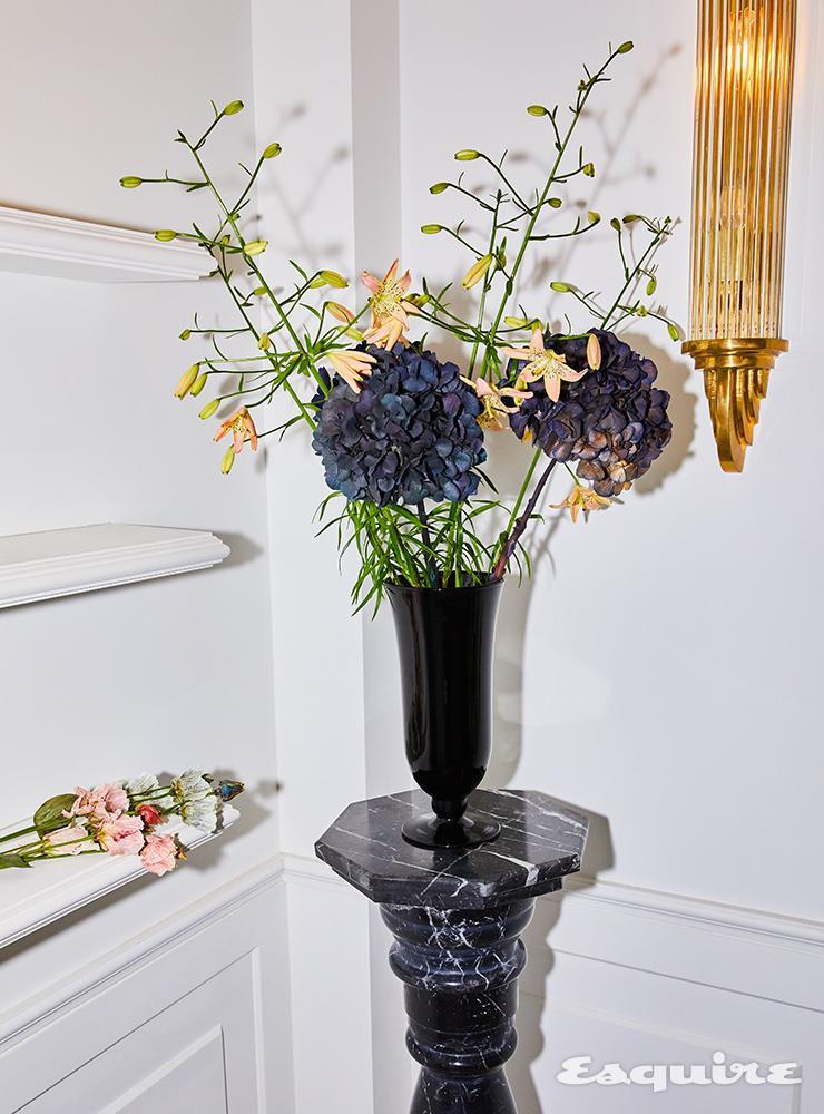 꽃병의 백합 1만5000원, 선반 위의 염색 리시안셔스 2단/3만원, 꽃병의 보라색 꽃 드라이 수국은 소장품.