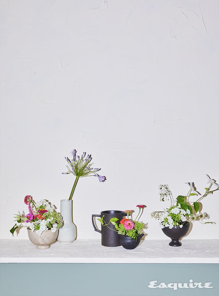 자잘한 흰색 꽃 플록스 7000원, 큰 흰색 꽃 클레마티스 8000원, 분홍색과 주황색·자주색 꽃 백일홍 3000원, 길쭉한 보라색 꽃 아가판투스 5000원, 실 뭉치를 닮은 식물 클레마티스 씨방 6000원, 알알이 작은 초록 꽃 당근초(썸바디) 5000원.