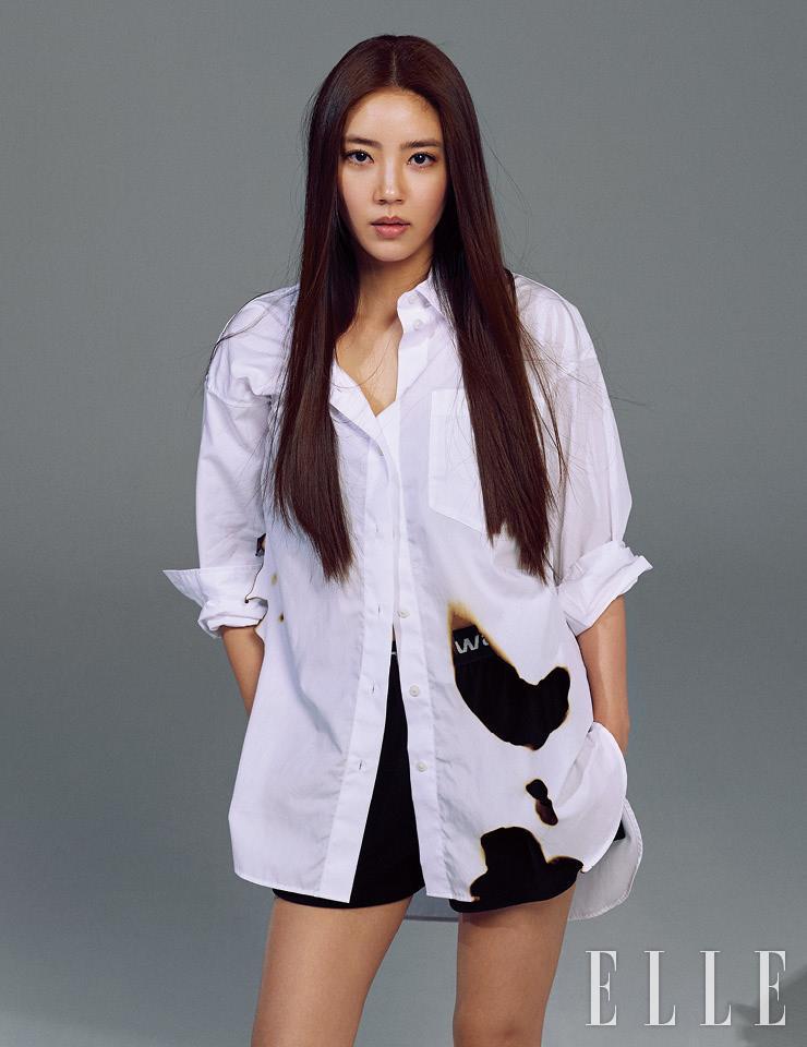 로고 밴딩 쇼츠는 Alexanderwang.T. 셔츠는 스타일리스트 소장품.