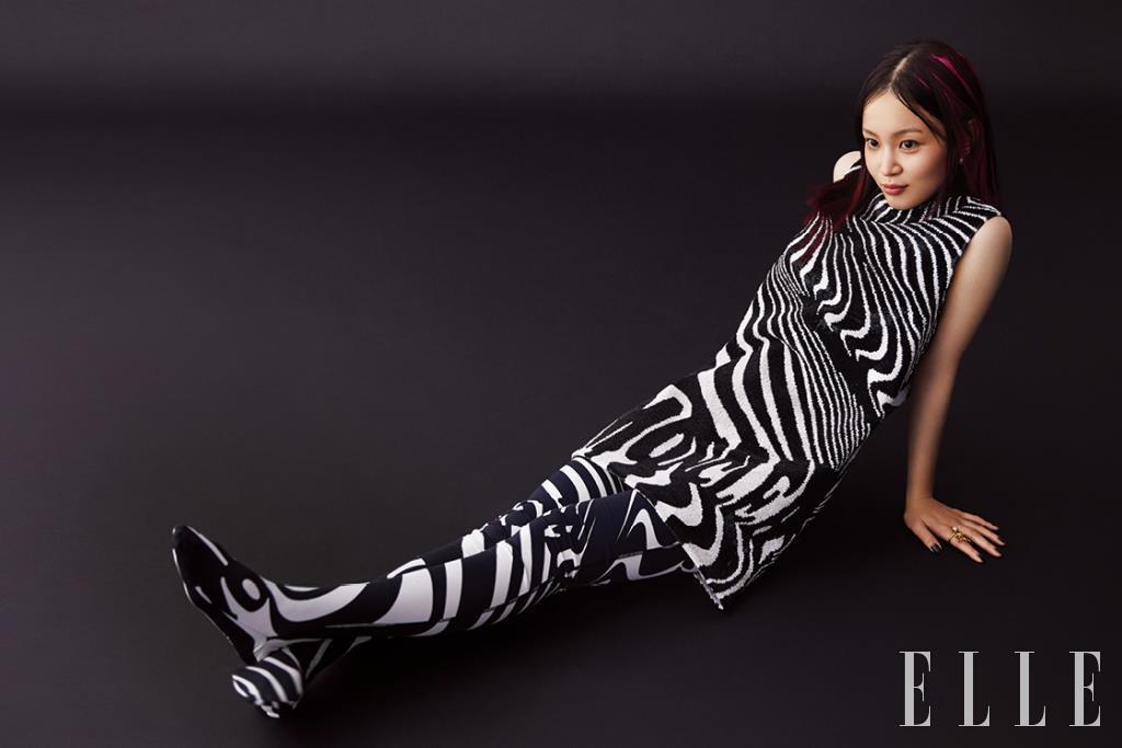 지브라 패턴의 시퀸 드레스와 타이츠는 모두 8 Moncler Richard Quinn. 진주 이어링과 링은 모두 Dior.