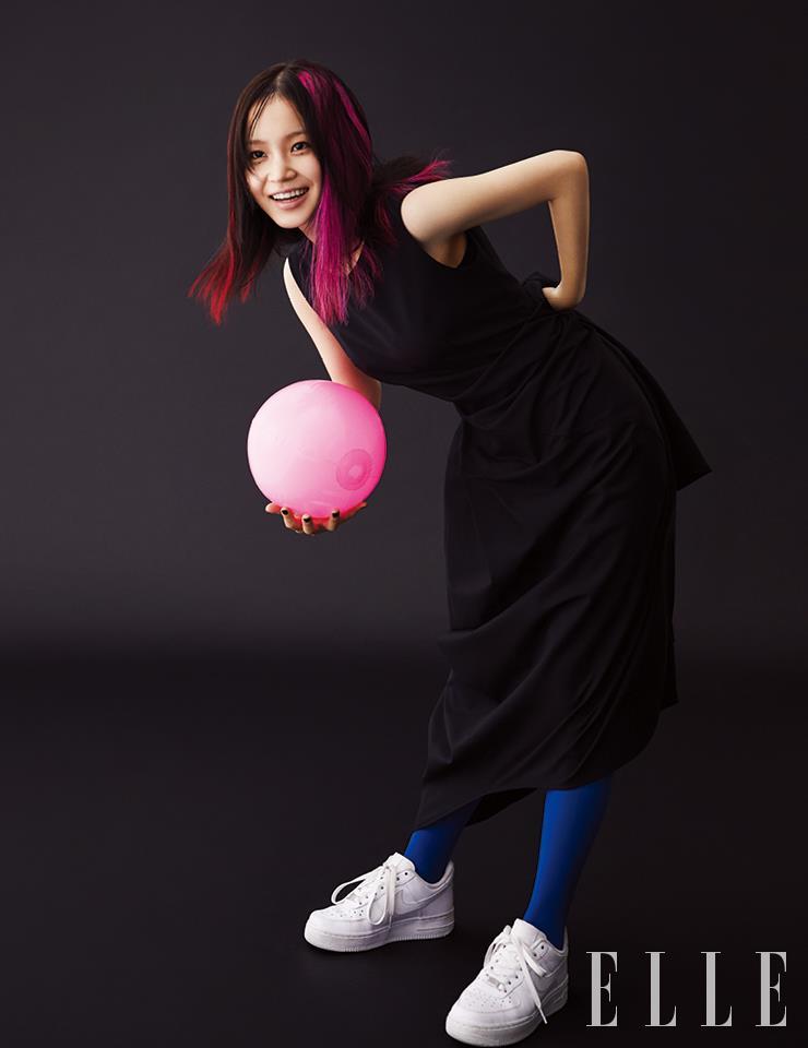 구조적인 실루엣의 드레스는 Yohei Ohno by Adekuver. 화이트 스니커즈는 Nike.