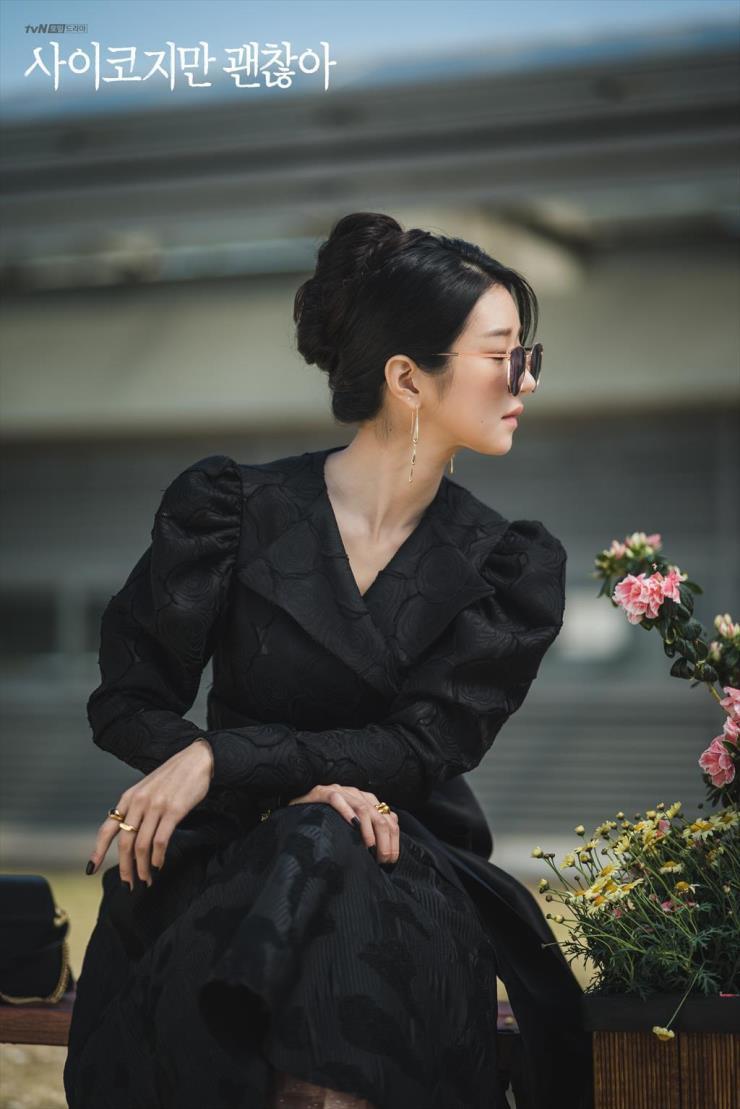 드라마 〈사이코지만 괜찮아〉 속 서예지는 아워 글라스 실루엣을 즐겨 입는다. @ tvN