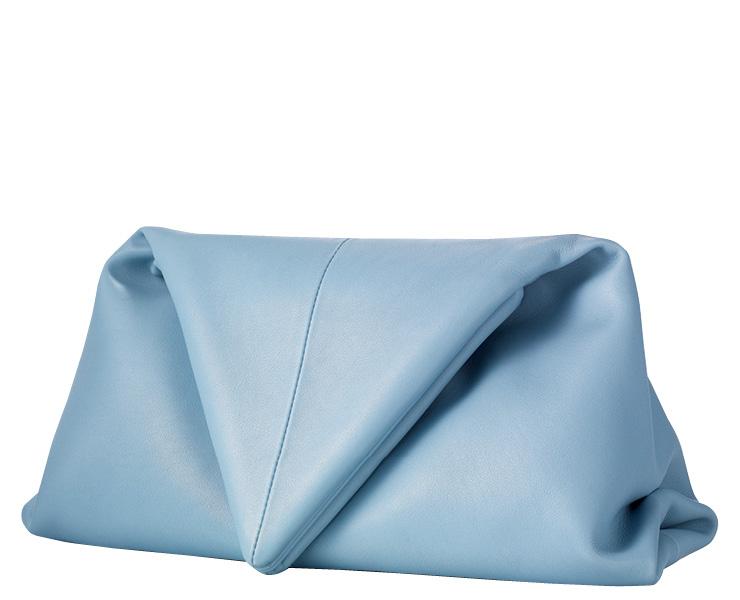 트라이앵글 플랩 클러치백, 2백54만원, Bottega Veneta.