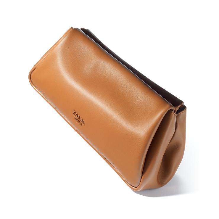 브라운 컬러의 레더 클러치백은 가격 미정, Prada.