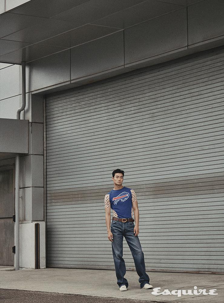 저지 티셔츠 75만원대 마린 세르 by 매치스패션. 데님 팬츠 120만원, 화이트 스니커즈 103만원, 와이드 레더 벨트 144만원 모두 톰 포드.