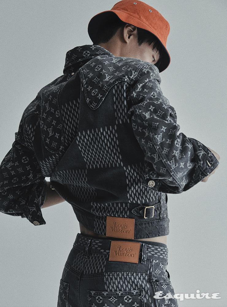 모노그램 패턴 데님 재킷, 데님 팬츠, 버킷 해트 모두 가격 미정 루이 비통.
