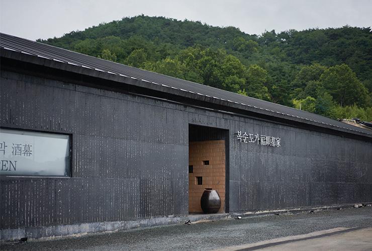 복순도가 양조장은 뉴욕 쿠퍼 유니언 건축 대학교를 졸업한 김민규 대표가 직접 설계한 것이다. 요소요소에 지역의 풍습과 풍토가 담겨 있다.