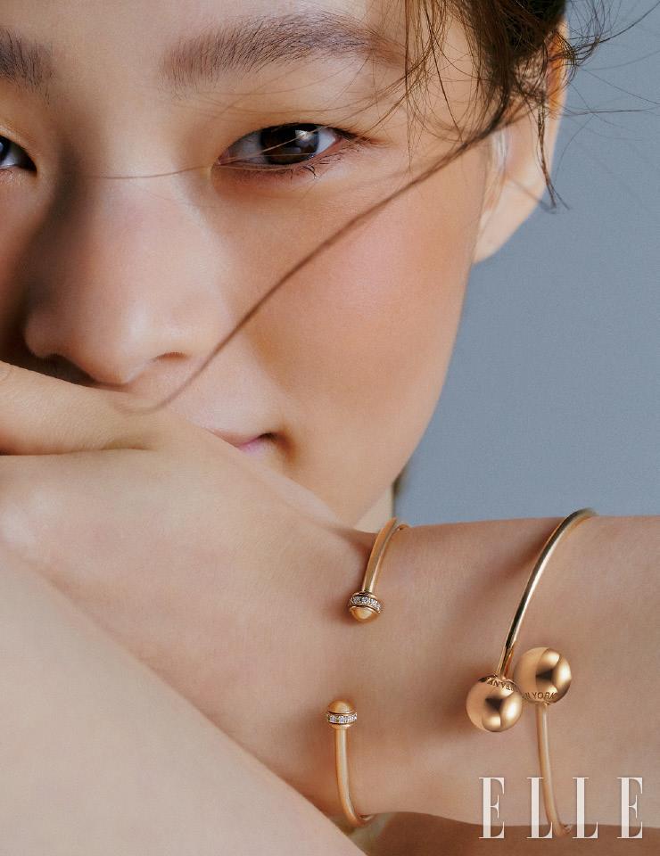 양 끝에 다이아몬드를 파베 세팅한 18K 핑크골드 '포제션 오픈 뱅글' 브레이슬렛은 4백71만원, Piaget. 두 개의 볼 모티프를 교차한 '티파니 하드웨어 볼 바이패스' 브레이슬렛은 가격 미정, Tiffany & Co.
