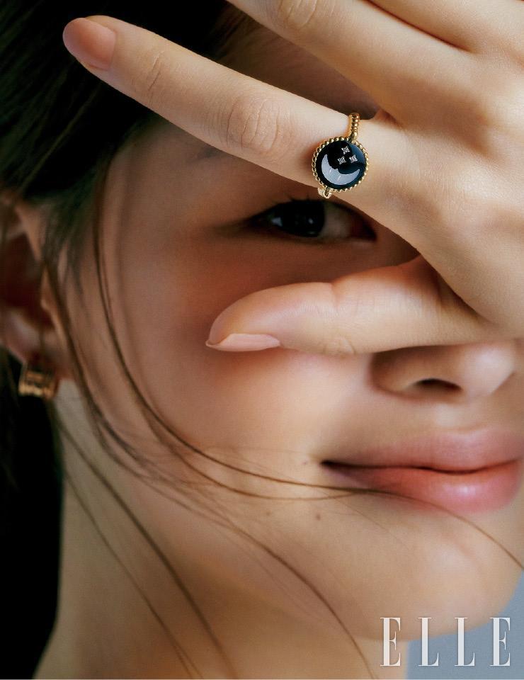 자개와 오닉스로 밤하늘의 별과 달을 표현한 '로즈 셀레스트' 링은 가격 미정, Dior Fine Jewelry. 로즈골드 소재의 '비제로원' 스터드 이어링은 3백만원대, Bvlgari.