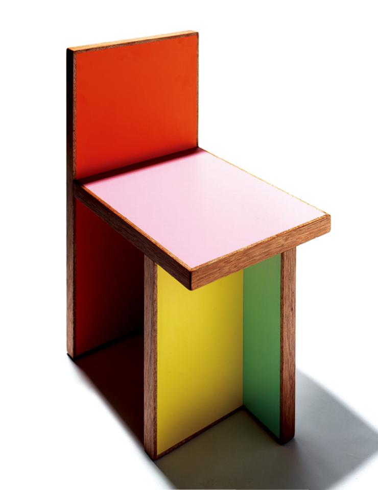 전산시스템이 최근 새롭게 선보인 의자. 보다 두꺼운 부재를 사용해 단단하고 단순하게 완성했다. 가격 미정.