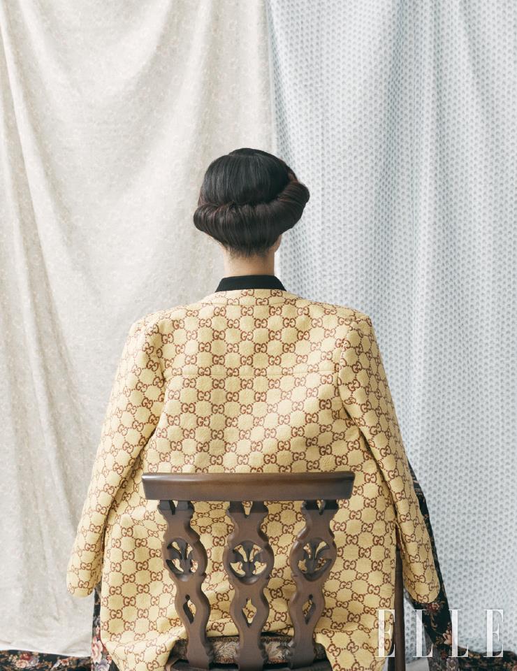 GG 로고를 수놓은 코트는 3백50만원, Gucci.