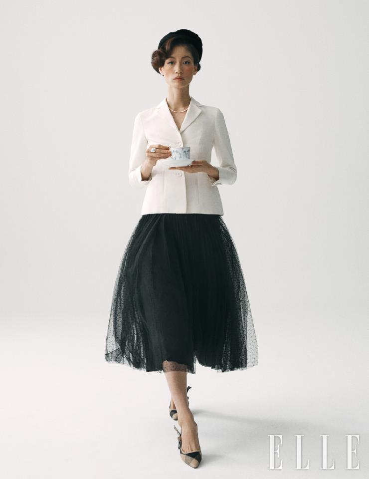 아이보리 컬러의 바 재킷과 튤 스커트, 슈즈는 가격 미정, 모두 Dior. 베레는 18만5천원, Shinjeo. 진주 네크리스는 가격 미정, Celine. 링은 30만9천원, Mulberry. 블루 플레인 컵 앤 소서는 25만원, Royal Copenhagen.