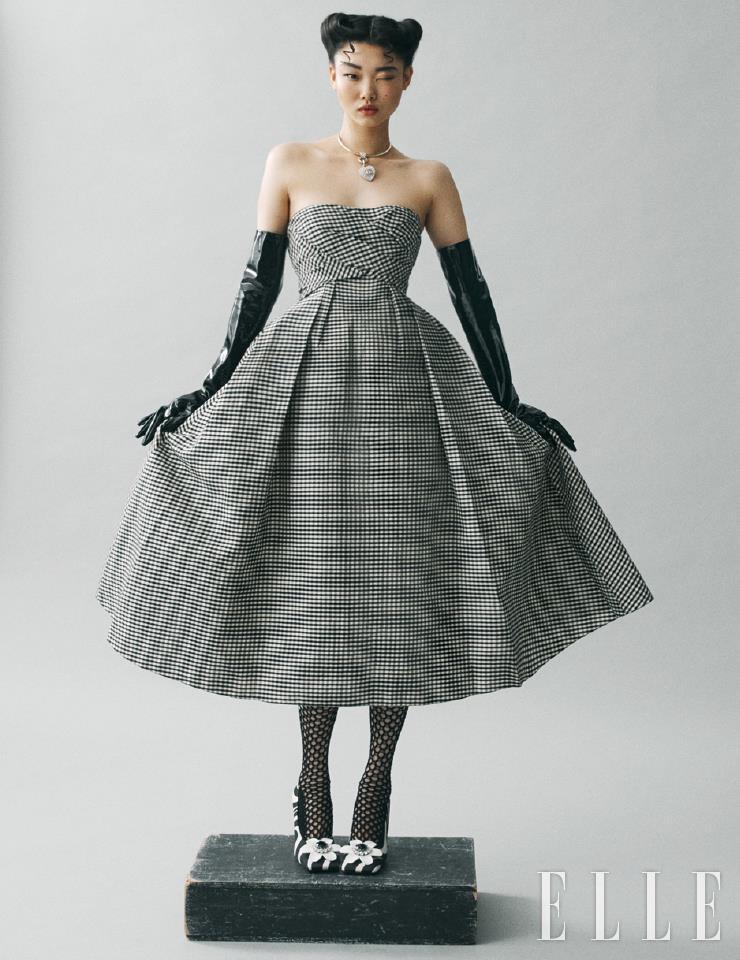 로맨틱 무드의 드레스와 네트 삭스는 가격 미정, Dior. 하트 펜턴트 네크리스는 가격 미정, Chanel. 페이던트 글러브는 74만원, Gucci. 플라워 장식의 슈즈는 가격 미정, 8 Moncler Richard Quinn.