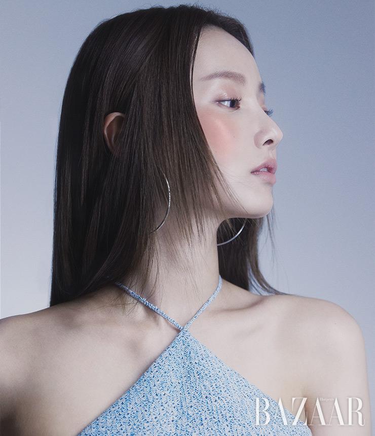 드레스는 Ych. 귀고리는 스타일리스트 소장품.