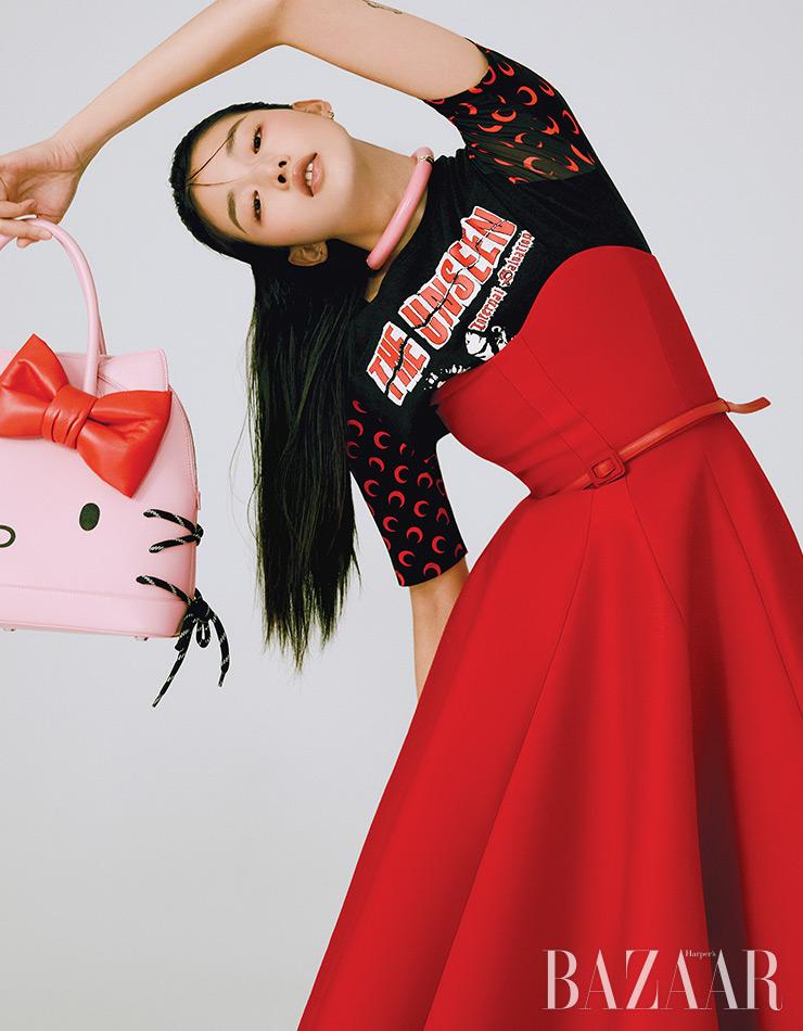 티셔츠는 69만원 Marine Serre by BOONTHESHOP. 튜브톱 드레스는 Dior. 목걸이는 2백27만원 Bottega Veneta. 가방은 Balenciaga.