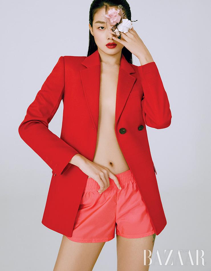 재킷은 3백13만원 Peter Do by BOONTHESHOP. 쇼츠는 5만5천원 Pairs Shop. 손에 든 브로치는 Louis Vuitton.