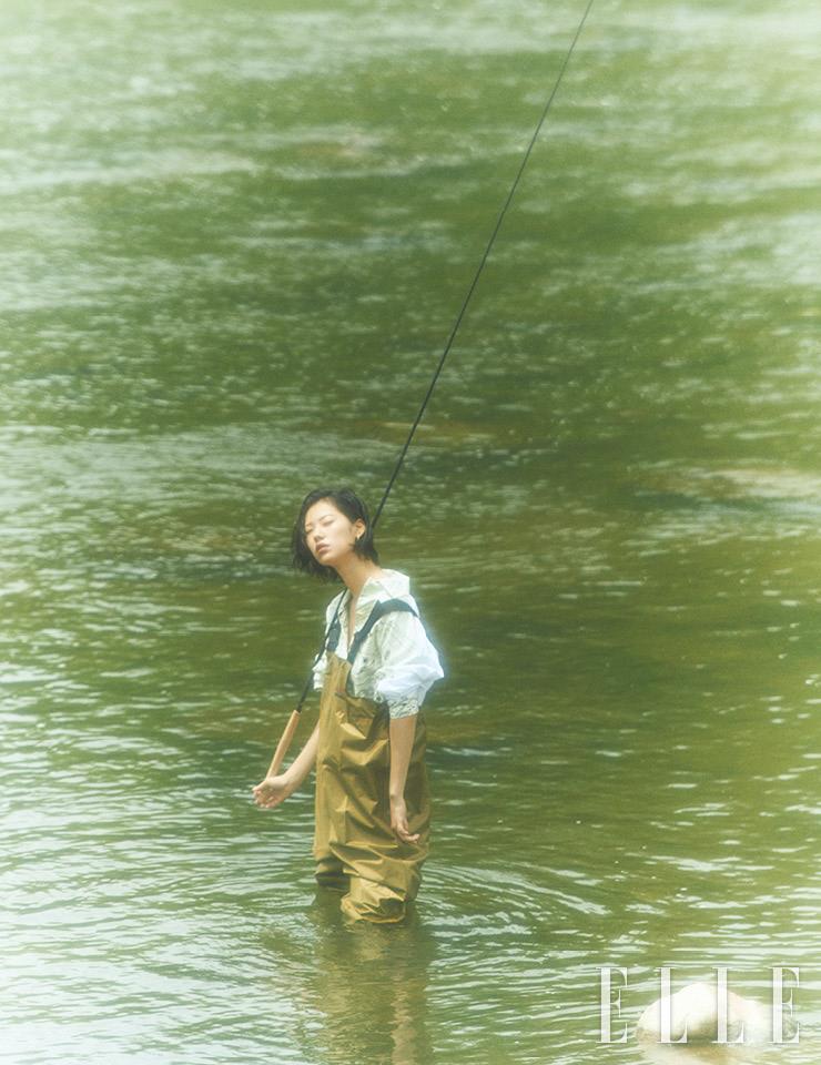 물고기 프린트 셔츠는 3백8만원, Jil Sander. 실버 이어링은 12만8천원, Monica Vinader.