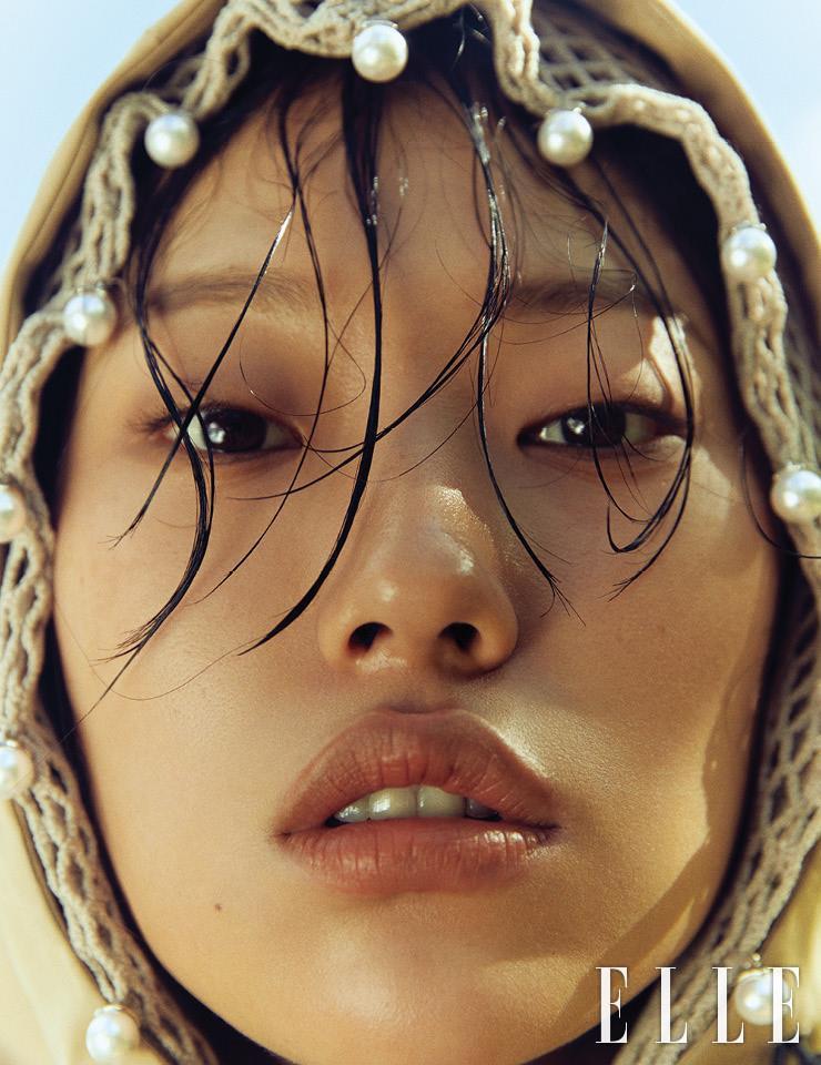진주를 장식한 그물 소재의 후디드 톱은 가격 미정, Blindness. 케이프 코트는 가격 미정, Hermès.