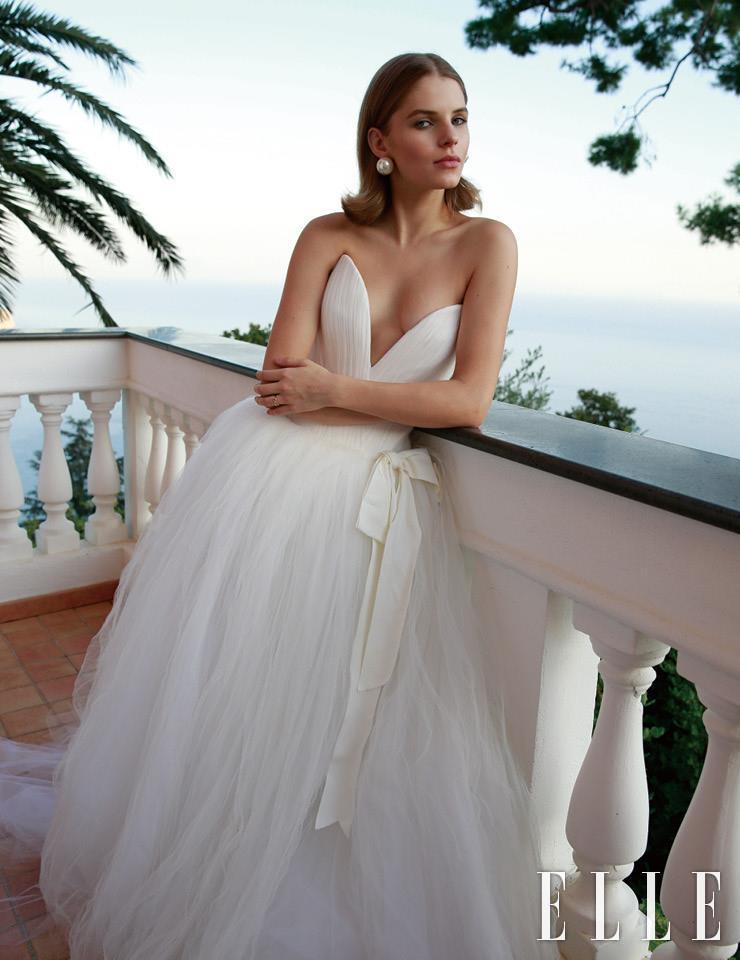 톱 부분이 꽃잎 모양을 닮은 벨라인 드레스는 Vera Wang. 이어링은 Alessandra Rich.