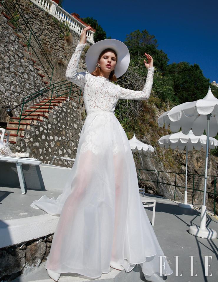 레이스 보디수트와 시어한 맥시스커트로 구성된 드레스는 Atelier Eme'. 펠트 모자는 Valentino Garavani. 별이 가득한 이어링은 The Attico. 펌프스는 Aquazzura.